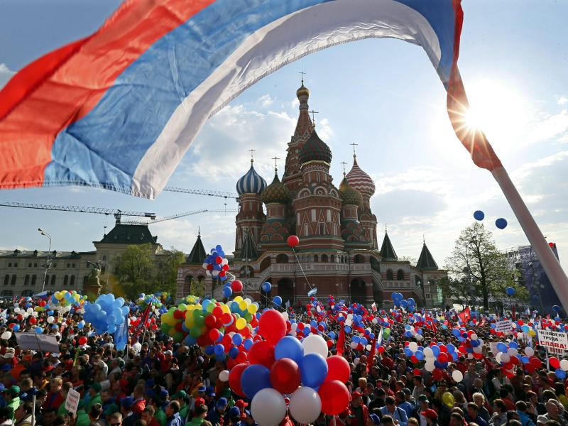 Отменить новогодние каникулы, вернуть 7 ноября и ввести День воссоединения Крыма с Россией